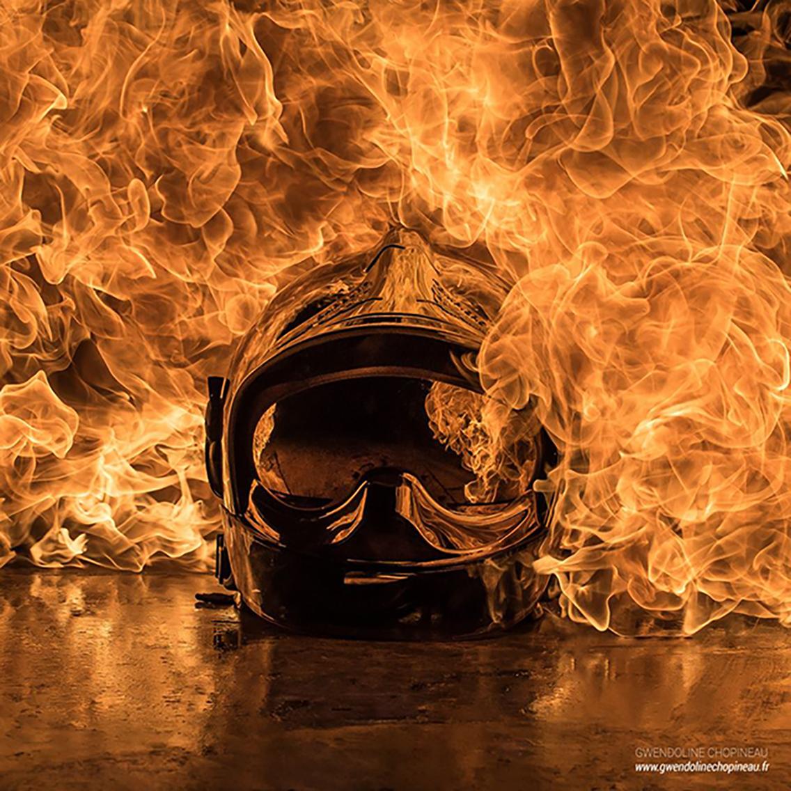 Casque de pompier enflammé