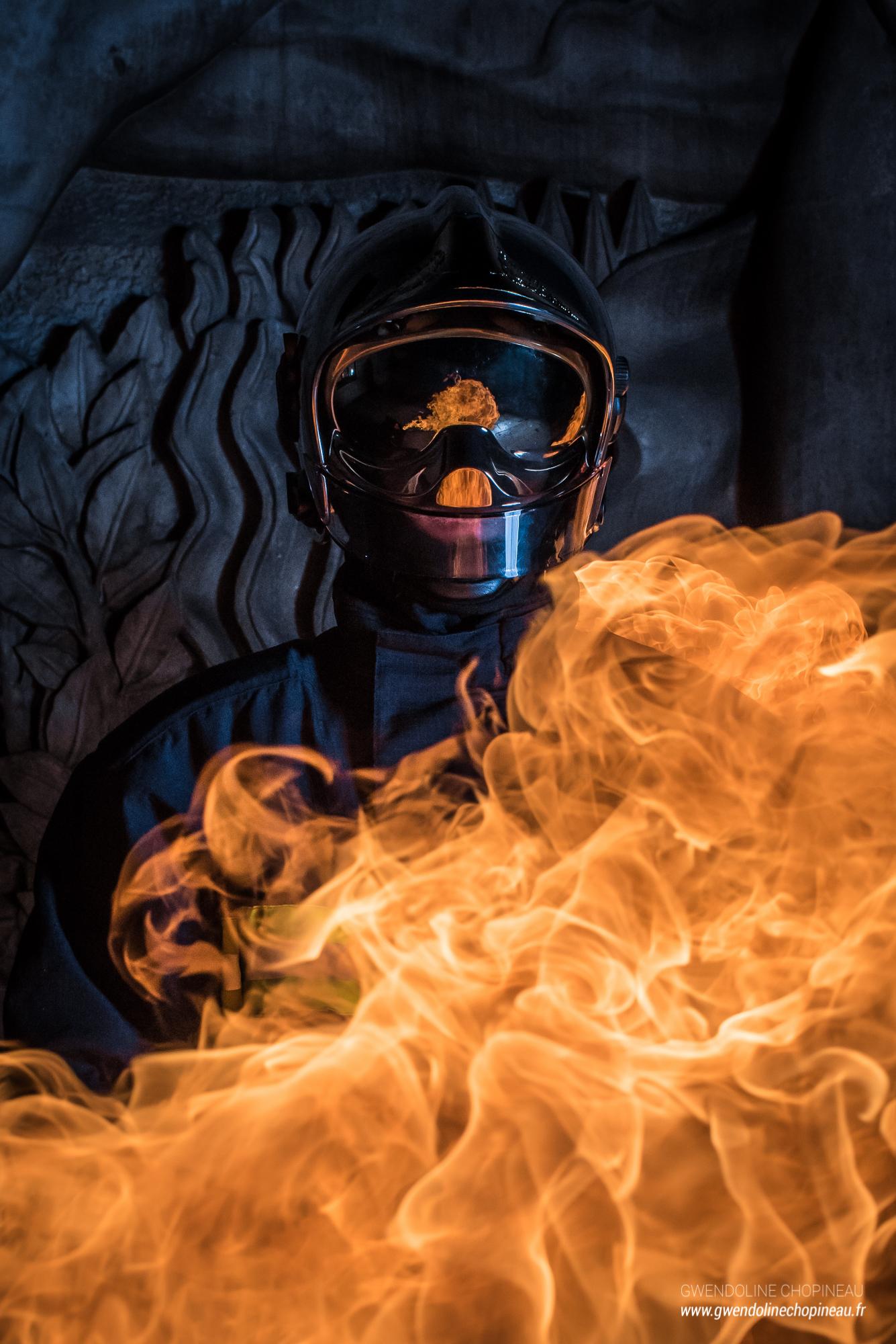 Reflet de flammes casque de pompier