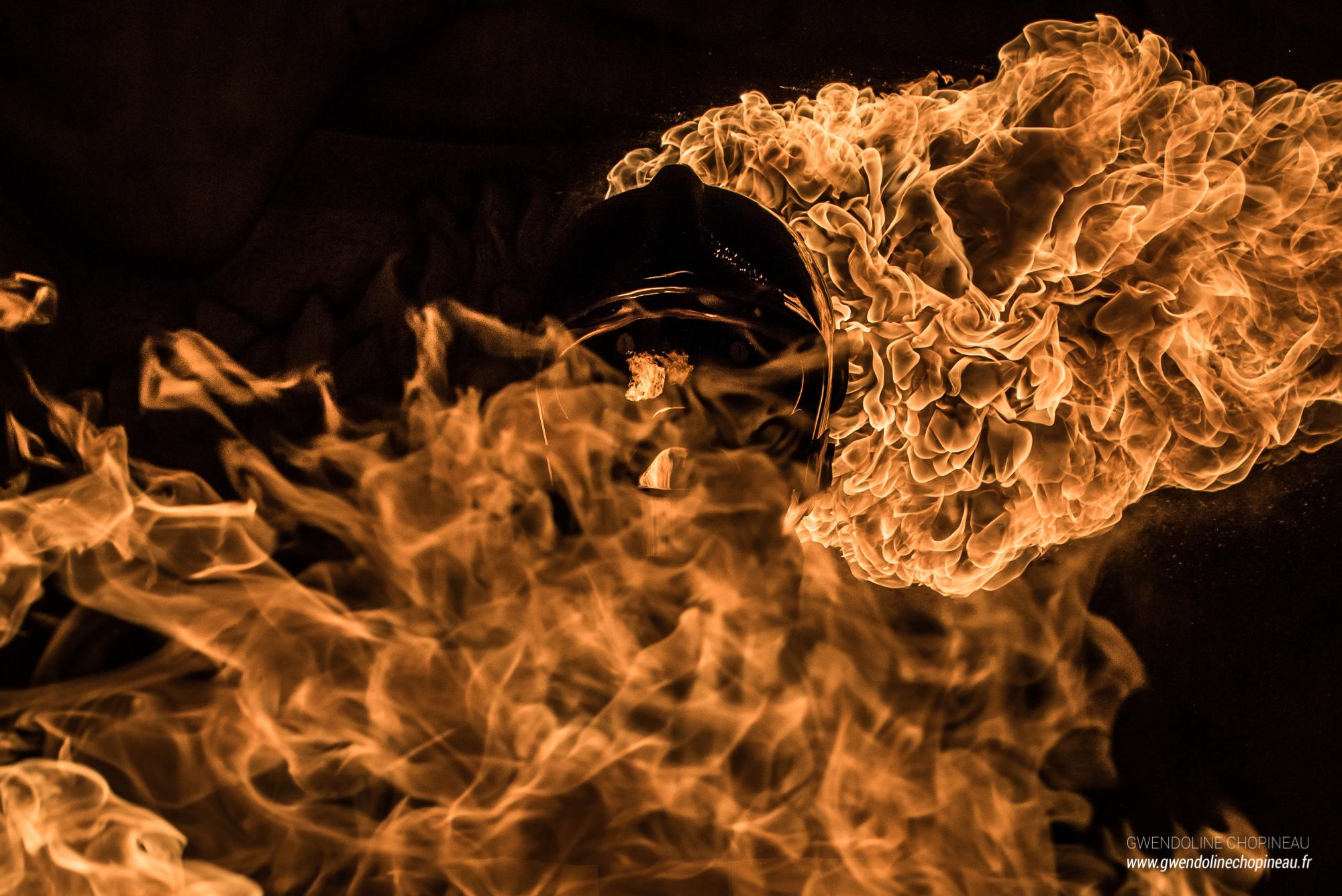 Pompier entre les flammes Quarante Quatre cracheur de feu