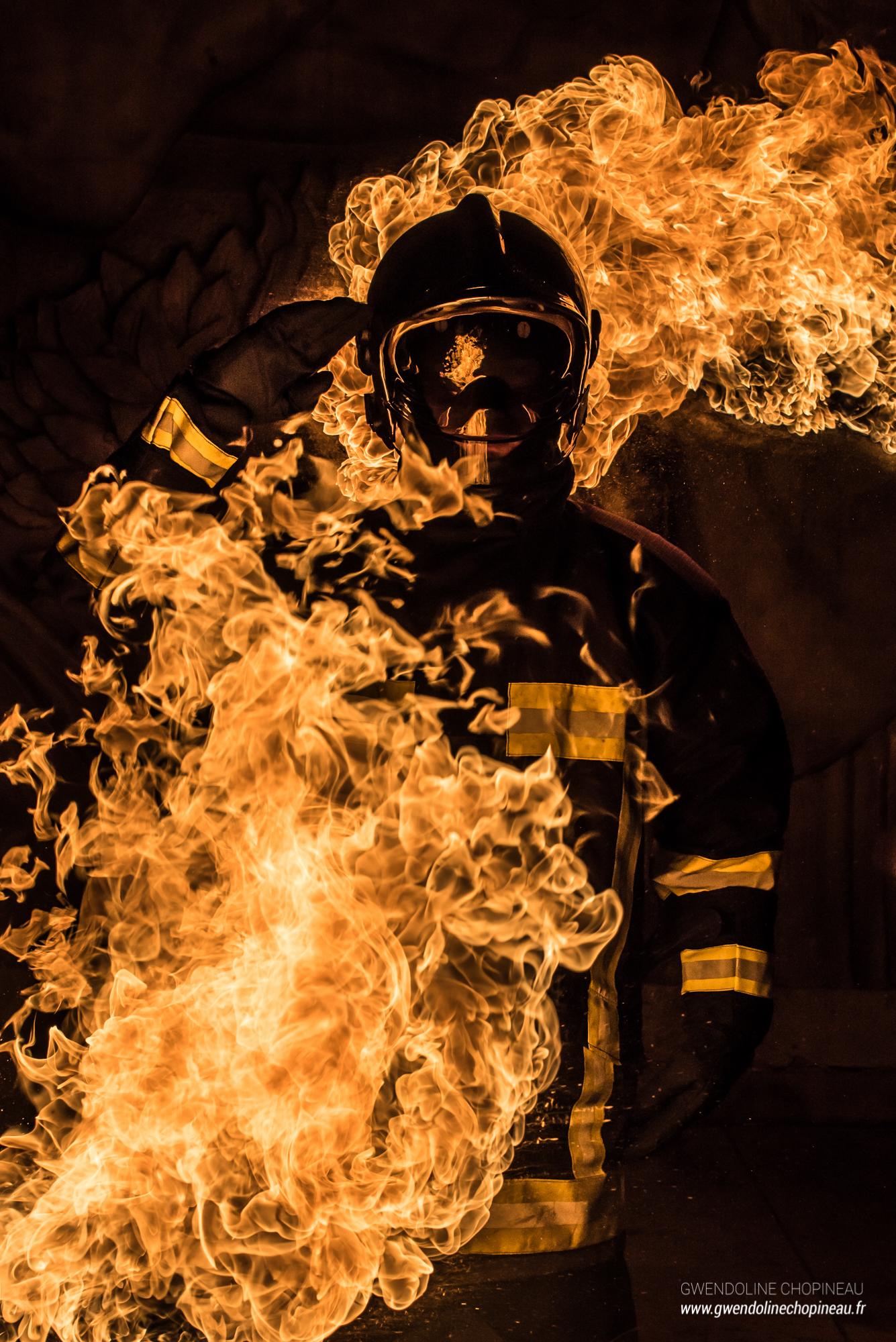 Pompier enflammé cracheur de feu Quarante Quatre