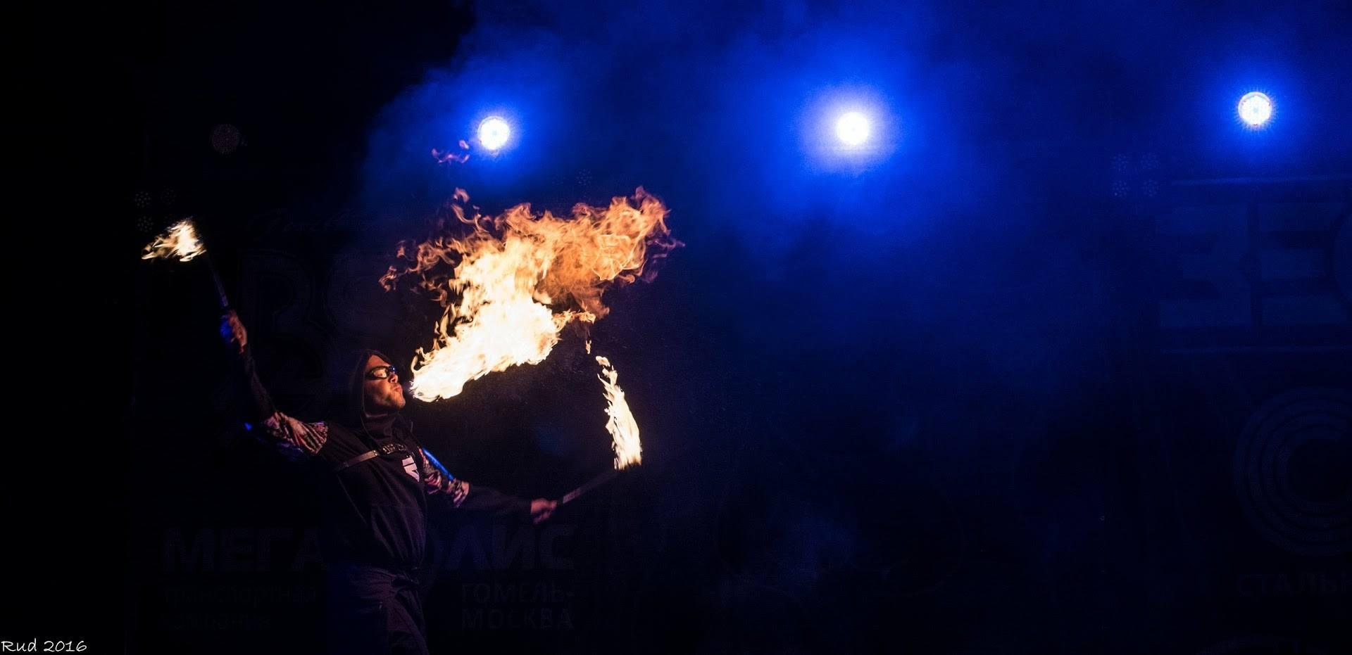 Deux torches cracheur de feu spectacle Gomel Fire Fest Quarante Quatre