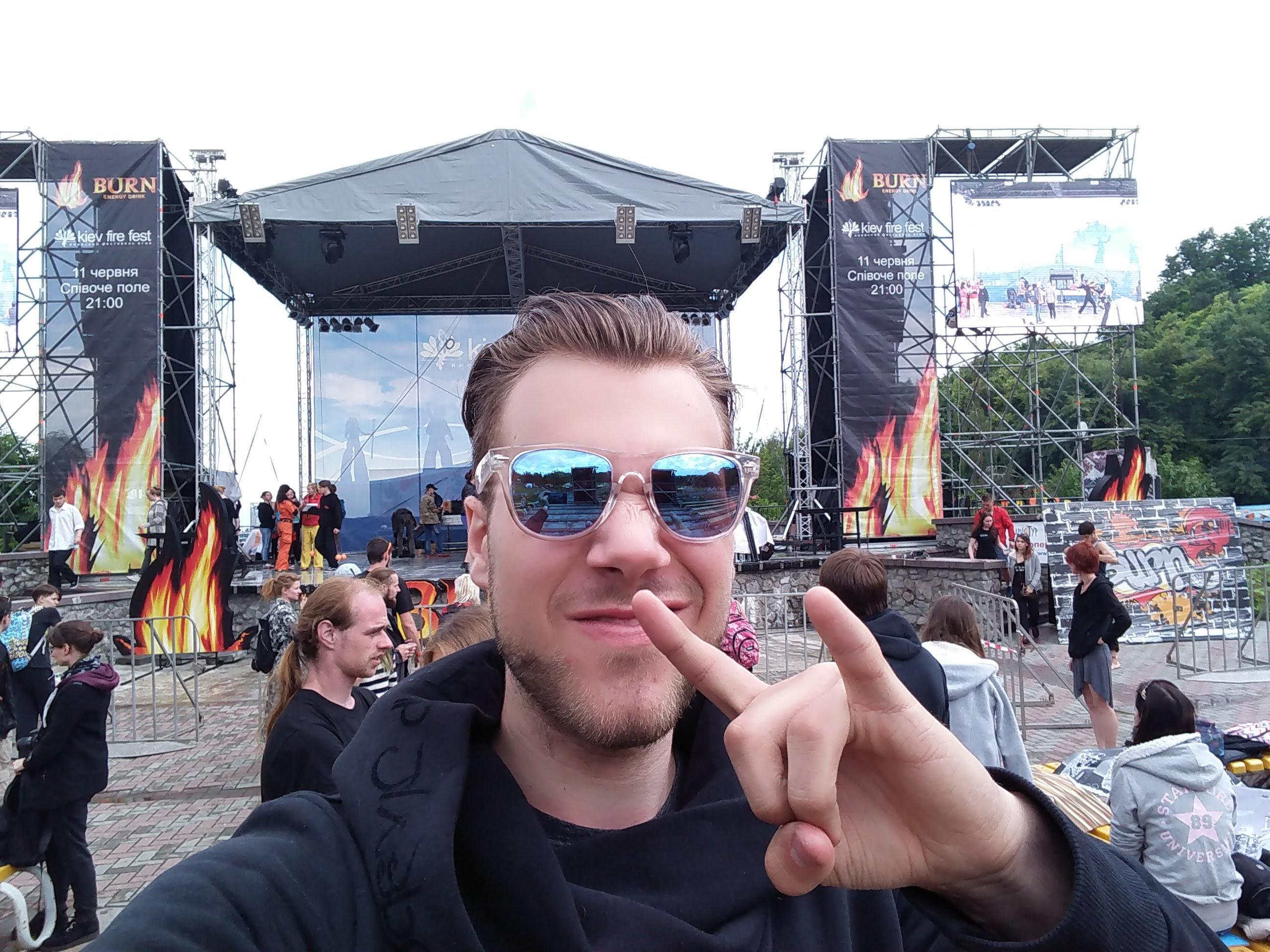 Quarante Quatre selfie cracheur de feu main stage KFF 2016